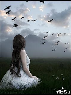 Девушка в поле смотрит на журавлей.