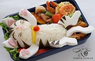 Рисовый котенок нежится в тарелке.