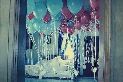 Воздушные шарики с гелием - креативный сюрприз в комнате. Домашнее фото красив воздушных шариков с гелием под потолком в спальне. Фото прикол с воздушными шариками и гелием. Письма привязаны к красным и синим воздушным шарикам с гелием заполняют всё пространство в комнате. Комната с кроватью, застеленная постелью, креатив фото. Сюрприз для любимой картинка. Если вы хотите приятно удивить любимого человека в день рожденья - приготовьте ему ему такой же сюрприз из воздушных шариков с гелием. Куда улетают воздушные шарики - фото прикол. Украшение спальни воздушными шариками - самый лучший сюрприз любимому.
