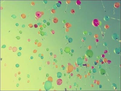 Разноцветные воздушные шарики в небе фото красив. Красивая картинка запуска разноцветных воздушных шариков в небо. Праздник в небе - куда улетают воздушные шарики?. Разноцветные воздушные шарики на фоне голубого неба. Много воздушных шариков на празднике запустили в небо.