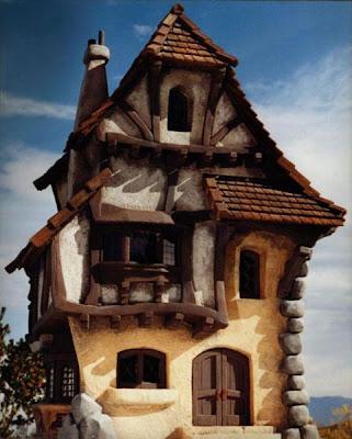 Дома с башнями, оригинальный дизайн фасада и крыши. Фото красив. Дом в стиле средневекового замка картинка.