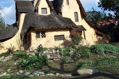 Сказочные дома с башенками фото. Креативный дом с волнистой крышей и оригинальным фасадом. Необычный дом с башенками. Девушка возле дома фото. Дом с фонарем у входа фото.