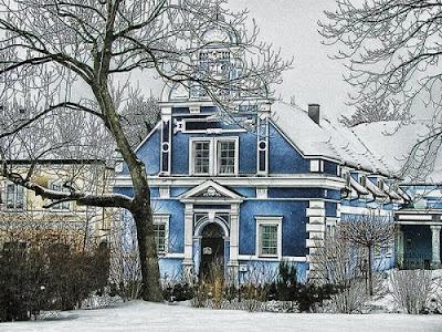 Двухэтажный дом в зимнем парке. Зимние мотивы в архитектуре двухэтажного дома. Дом с окнами и колоннами зимой.
