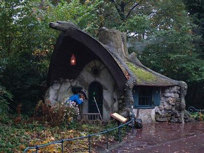 Сказочный дом в лесу. Дом для гномиков лесу возле аллеи парка фото. Фото одноэтажный дом креатив. Маленький домик в парке для сказочных персонажей. Креативные дома из детских сказок. Уютный маленький дом в парке для торговой точки фото.