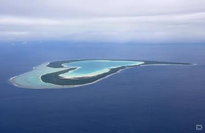 Коралловый остров с лагуной образуют сердце мира среди океана. Коралловый риф, лагуна фото креатив.