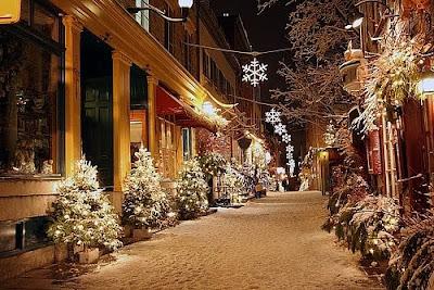 Зимние мотивы, Новый Год на улицах города. Красиво украшенная улица города в снегу на Новый год картинка. Фотов красив зима и снег в городе. Фонари в форме снежинки на улице города. Фото креатив.