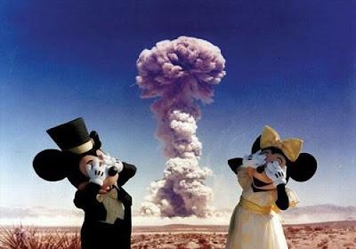 Ядерный взрыв и мышата из мультика. Мики Маус, его подружка и ядерный взрыв.