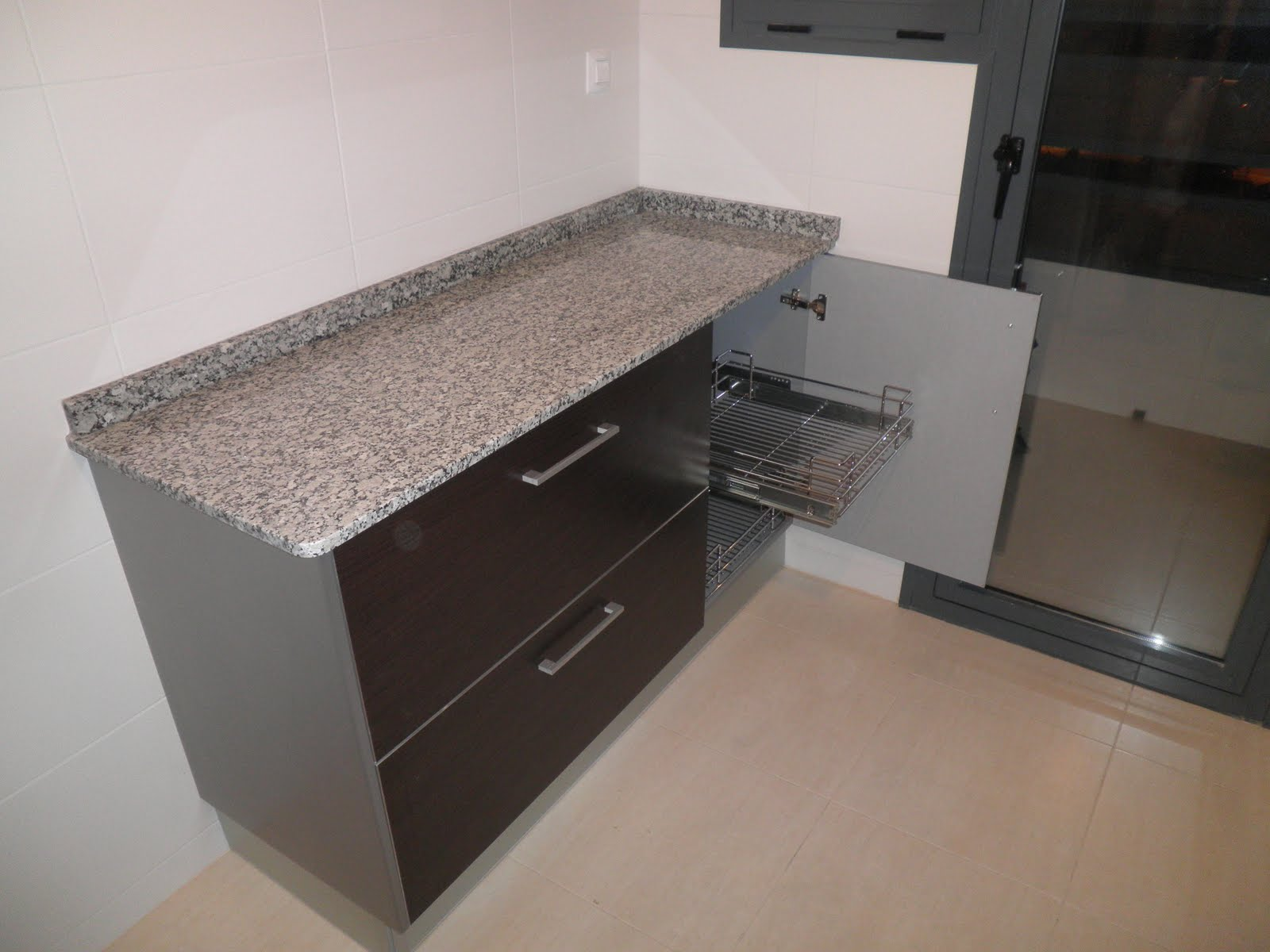 Decoraciones sahuquillo mueble de cocina wengue y aluminio for Muebles de cocina de aluminio