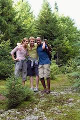 El que cubre la falta busca amistad; Más el que la divulga, aparta al amigo.