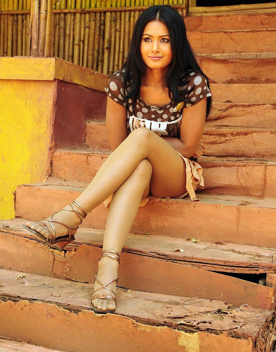 divya dwivedi leggy hot images