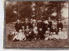 Ole Pedersen og Nielsine Kirstine Carstensen. Parret ses bagerst række m.f.ca.1915