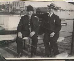 Jens Petersen (1854-1934), ses til venstre i selskab med ven eller bekendt