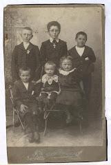 Jens og Carolines børn ca.1906. bagerst: Georg, Ebba, Thorvald, forest: Hans/Otto, ukendt og Gerda.