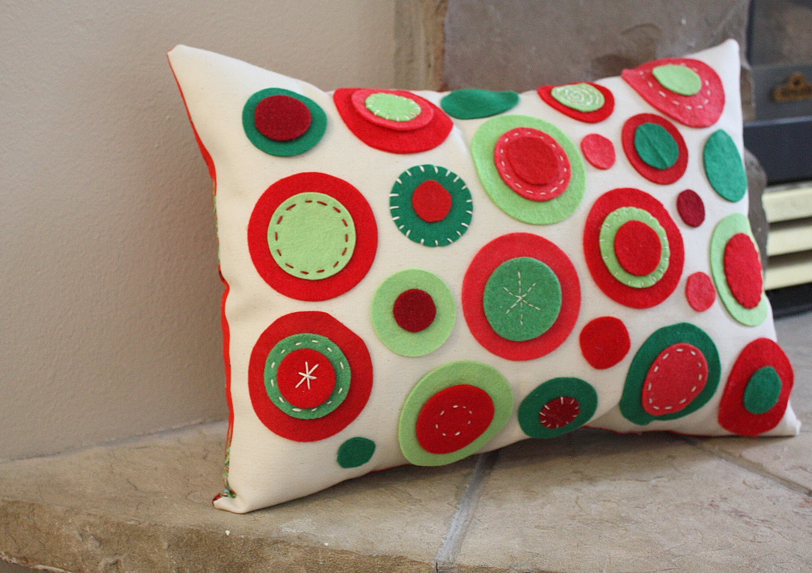 Cute Pillow Crafts : Someday Crafts: Guest Blogger - Diary of a Quilter - Felt Circles Pillow
