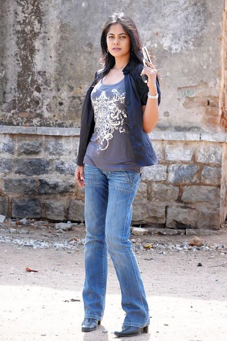 bindhu madhavi stylish in prati roju