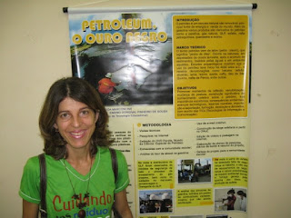 Eu ao lado do banner do projeto