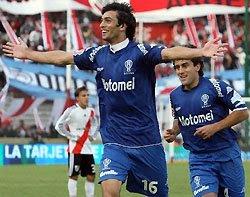 Javier Pastore festeja junto con Carlos Araujo uno de sus goles en la goleada de Huracán a River