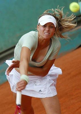 Maria Kirilenko golpea la bola