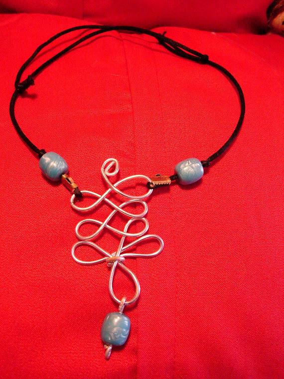 Collana in filo argentato e perle azzurre