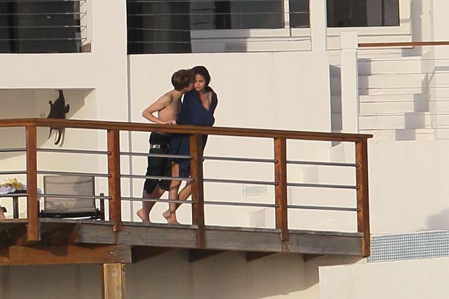 justin bieber kissed selena gomez hot. hot selena gomez kissing