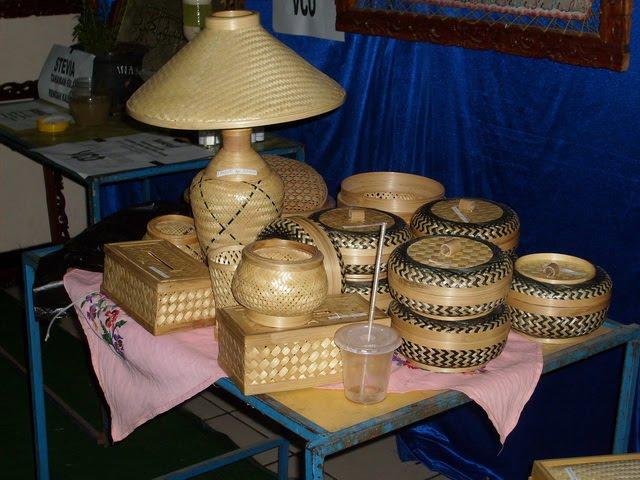 Merangkai laba dari kerajinan bambu