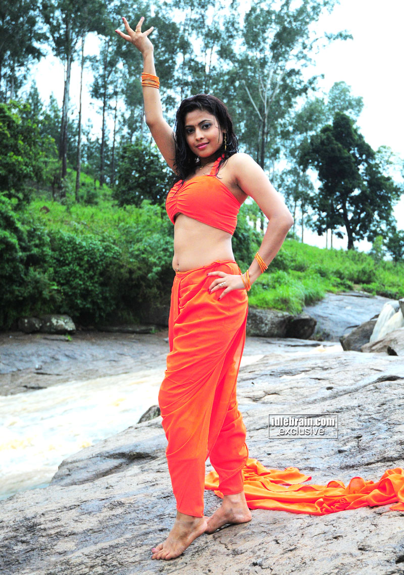Actress Saira Bhanu Saree Below Navel Show Photos