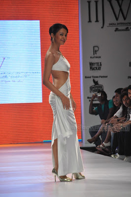 PURE DESI MASALA BLOG Actress Surveen Chawla On The Ramp Bare Back Pics