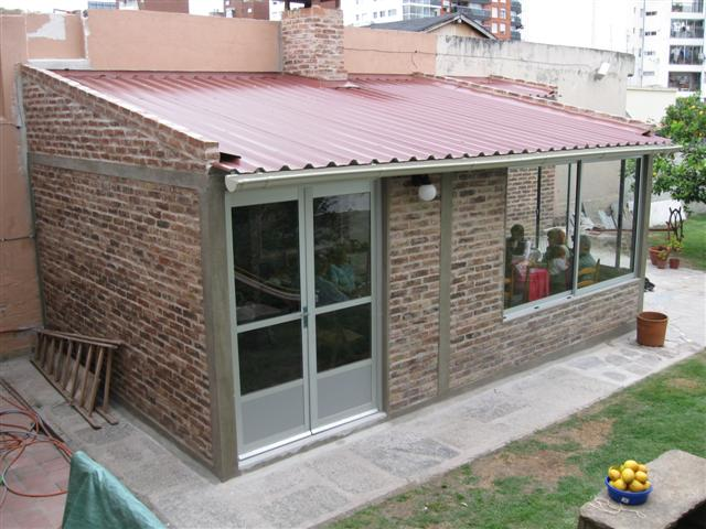 Casa con techo de chapa negra for Casas con techos de chapa de color
