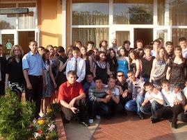 Fotografie de grup cu absolvenţii caselor a VIII-a, promoţia 2010