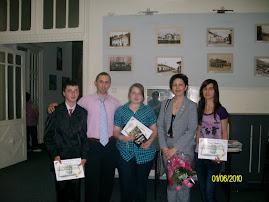 Fotografie de grup cu elevii premianţi, inspector Prof. Elena Preda şi Prof. Daniel Nedeloiu