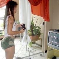 mulher de shortinho, jogando videogame