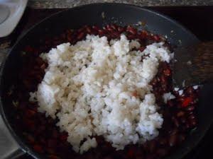 Saltear el arroz.