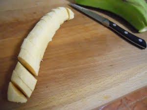 Pelar y cortar el plátano.