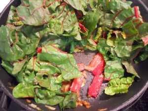 Añadir las hojas de acelga.