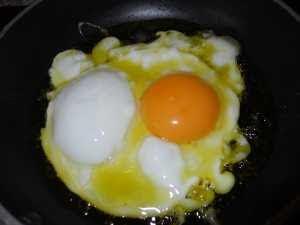 Freír el huevo.