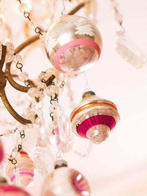 http://1.bp.blogspot.com/_aTDrfF0PfLw/SsWHVar4o0I/AAAAAAAABFI/rmCWI5jGwxM/s400/pink+christmas+pink+chandelier+bhg.JPG