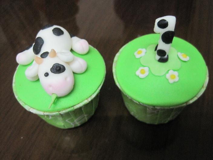 birthday cupcakes cartoon. irthday cupcakes cartoon.