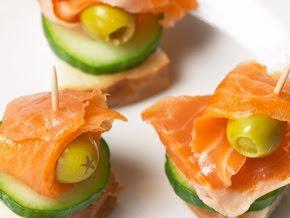 Для фуршета обычно готовят всевозможные бутерброды или канапе.