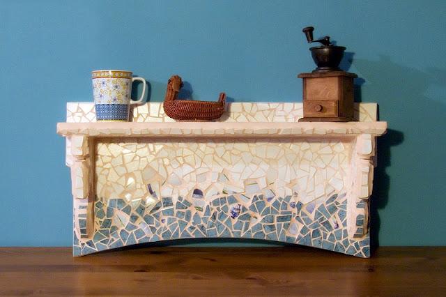 Półka wykonana w technice mozaiki ceramicznej