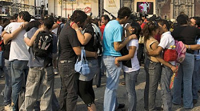Mexico set new world kissing record