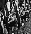 Hitlerjugend marschiert mit Fahnen - Propagandafoto Drittes Reich