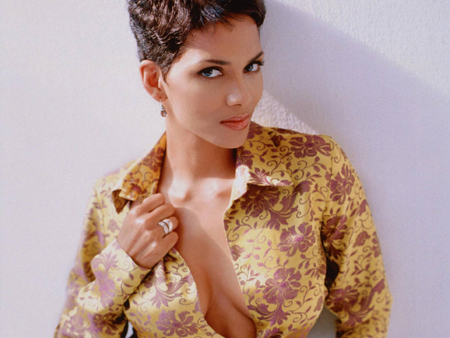 Halle+Berry+as+James+Bond+Girl.jpg