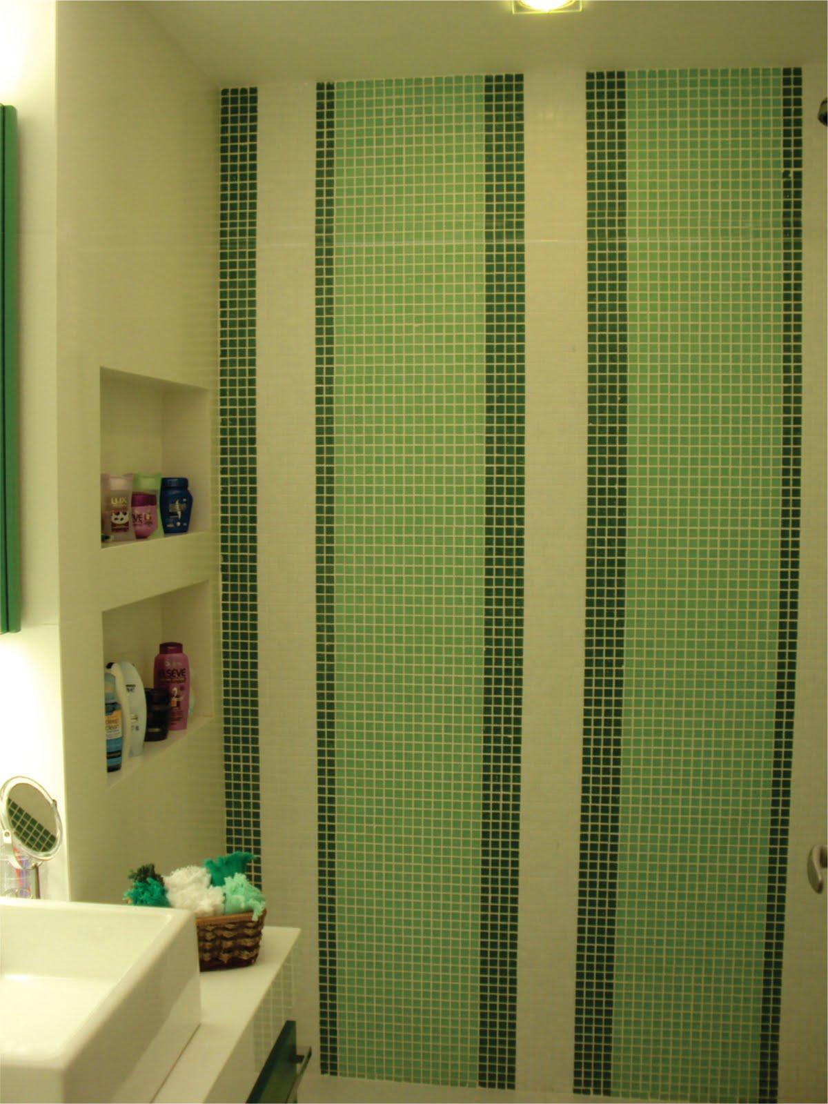 box tem no fundo um painel de listras verdes projetado especialmente  #A7A324 1200x1600 Banheiro Box Verde