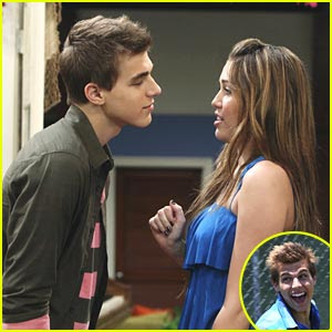 Demi Lovato  Cody Linley on Cody Linley And Demi Lovato Kissing