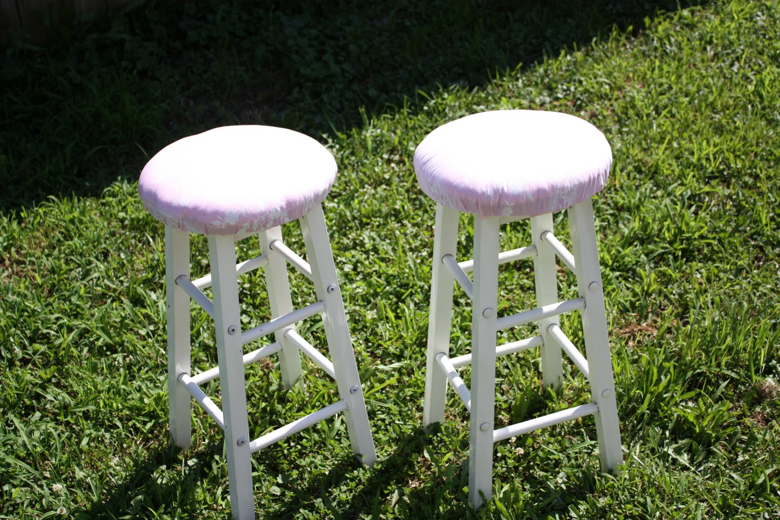 cloversblue shabby chic table and bar stools. Black Bedroom Furniture Sets. Home Design Ideas