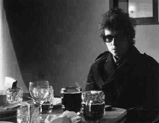 http://1.bp.blogspot.com/_apKxJY_N77M/Sb4wTHeMNkI/AAAAAAAAB3U/YUwTr1Tuaq8/s320/Bob-Dylan1965+drinks.jpg