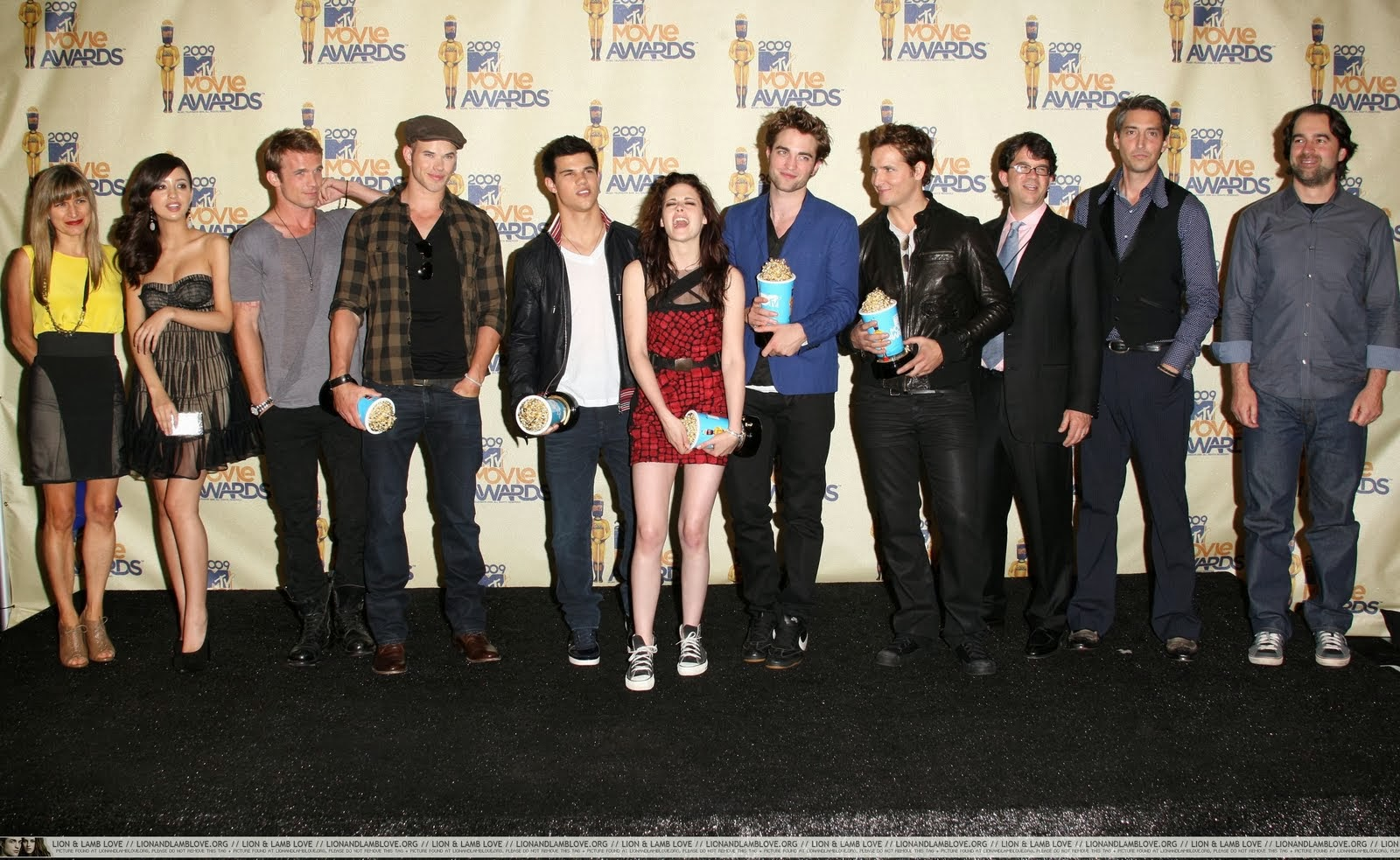 http://1.bp.blogspot.com/_ay3jhynjcos/TJ268p2jqPI/AAAAAAAAA_c/wieG18hKYQo/s1600/1-twilight-cast-mtv-movie-awards.jpg