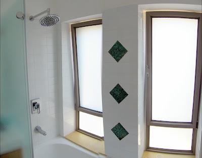 שני חלונות אלומיניום בחדר אמבטיה
