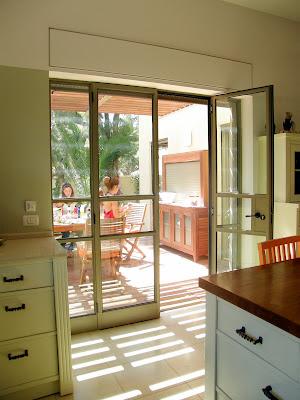 דלתות ויטרינה ביציאה מהמטבח אל החצר