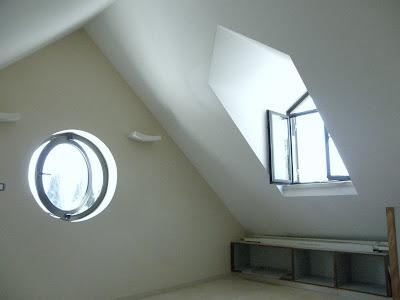 חלון עגול וחלון קוקיה בעליית גג